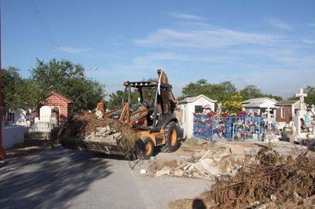 Realizan limpieza de los panteones municipales