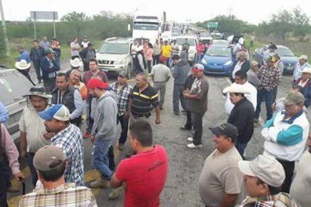 Productores agrícolas bloquean carreteras