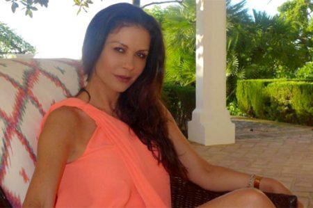 Catherine Zeta-Jones responde a paparazzi con foto en bikini