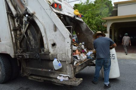 Reclaman pagos trabajadores de limpieza