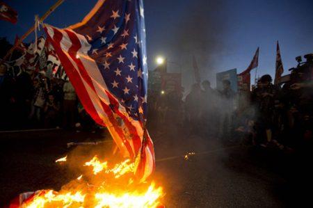Trump exige penalizar la quema de la bandera
