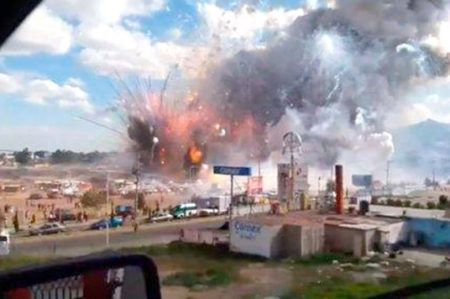 Registran explosiones en mercado de pirotecnia de Tultepec