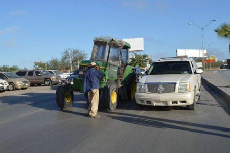 Estrena camioneta chocándola contra tractor