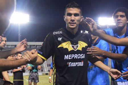 Ayudan a futbolista 'Cheque' Orozco con venta de pulseras