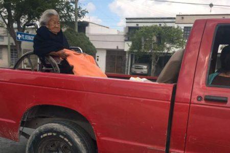 Anciana en caja de pick up indigna a las redes sociales