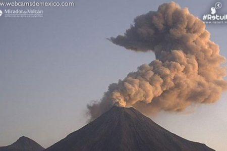 Volcán de Colima amanece con fumarola de 1.9 km