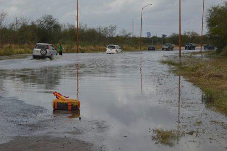 Bulevar Luis Echeverría inundado, ciudadanos prefieren arriesgar a gastar 'gota