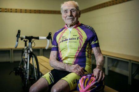 A los 105 años es el ciclista más rápido del mundo