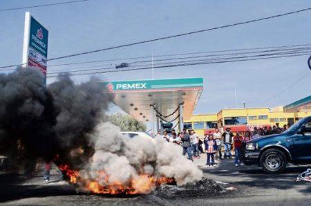 Bloqueos por 'gasolinazo' se convierten en vandalismo (VIDEO)