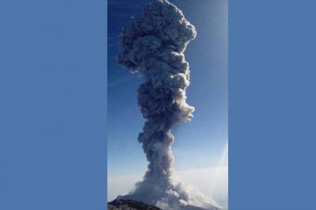 Volcán de Colima emite fumarola de más de 3.5 km