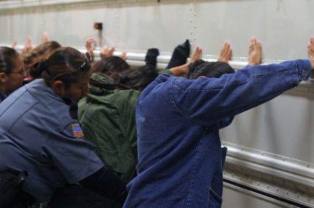 Migrantes detenidos en redadas, sin antecedentes