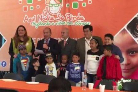 Dona Felipe Calderón pensión de ex presidente a niños