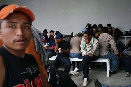 Federales rescatan a 30 migrantes en la carretera Saltillo-Torreón