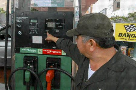 Gasolinas Premium y Magna bajan un centavo