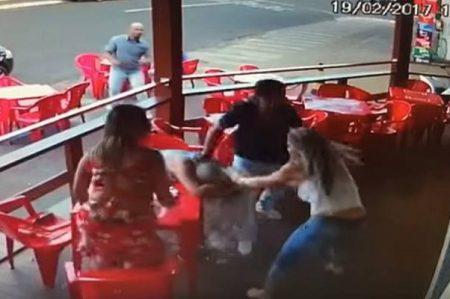Mujer sorprende a su esposo con amante y desata caos en bar de Brasil