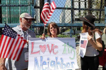 Protestan estadounidenses en embajada de EU en México