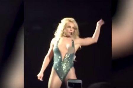 ¡Otra vez! Britney Spears enseña de más en show (VIDEO)