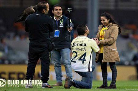 Fan del América le pide matrimonio a su novia en el Estadio Azteca