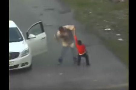Video delata a hombre que golpeó brutamente a niño