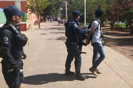 Reportero gráfico de El Debate es detenido sin razón por policías (VIDEO)