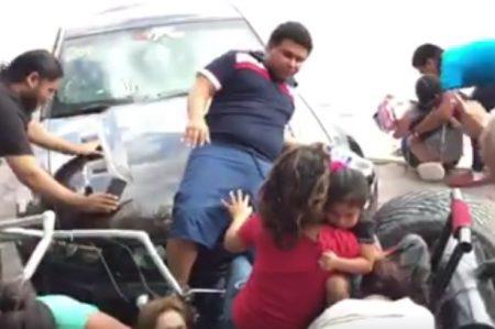 Niños y adultos son atropellados en exhibición de autos deportivos