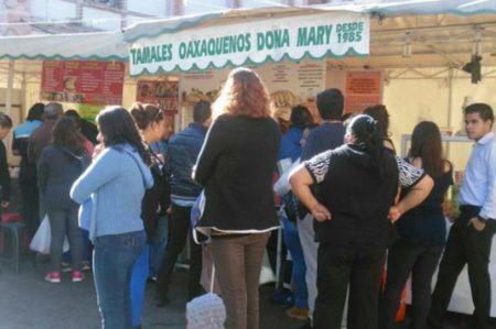 Capitalinos hacen largas filas para comprar tamales