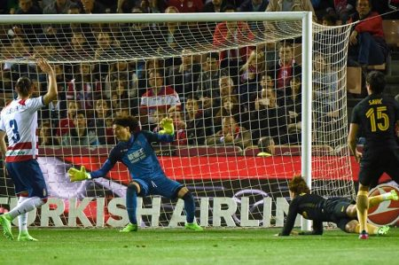 Atlético de Madrid derrota 1-0 al Granada de Guillermo Ochoa