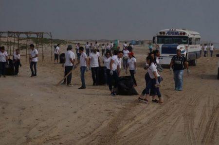 Autoridades y jóvenes suman esfuerzos en la limpieza de la Playa Bagdad