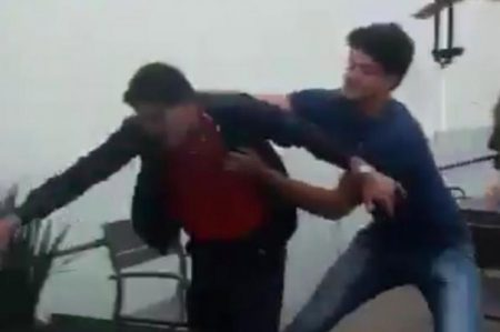 Captan agresión a jóvenes en plaza; buscan identificar a golpeadores