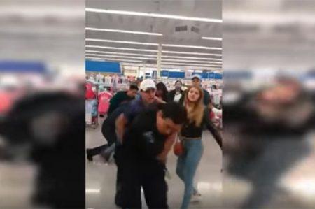 Video muestra golpiza a guardias de Walmart