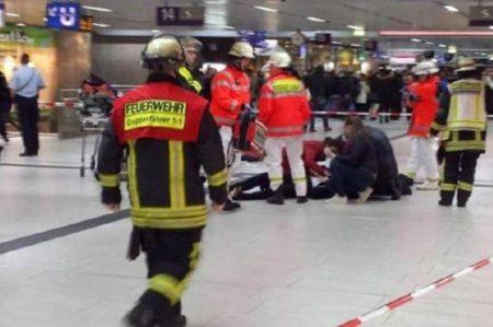 Hombre con hacha ataca en estación de tren en Alemania