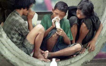 Niños caen en el juego de las drogas