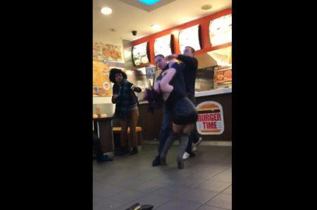 Pelea campal entre un hombre y dos mujeres en restaurante (VIDEO)