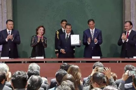 Peña promulga ley para revalidar estudios de alumnos deportados