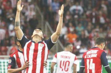 'Súper Chivas' vence 2-0 a Veracruz y se mantiene de líder