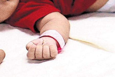 Da 'asco' que desconecten a bebé enfermo: Vaticano