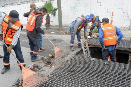 Supervisan limpieza de alcantarillas previendo fuertes lluvias