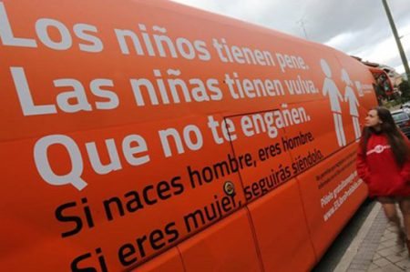 España marca el alto a autobús con mensaje contra niños transexuales