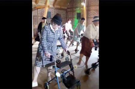 Ancianas bailan zumba en sus andadores con un ritmo espectacular