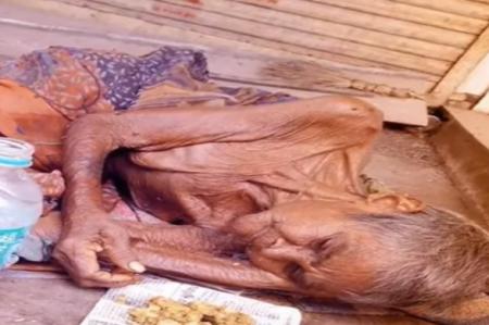 Anciana fue abandona en una carretera