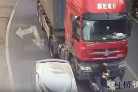 ¡De película! Reacción de motociclista lo salva de morir aplastado por camión (VIDEO)