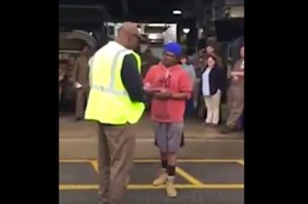 Compañeros reconocen el esfuerzo de joven y le regalan camioneta (VIDEO)