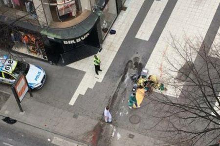 Auto embiste a multitud en Suecia, hay 3 muertos; embajada asiste