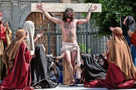 Recorre 'Jesucristo' camino hacia el Calvario en el Zócalo