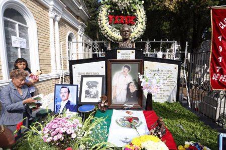 Miles recuerdan a Pedro Infante en el Panteón Jardín