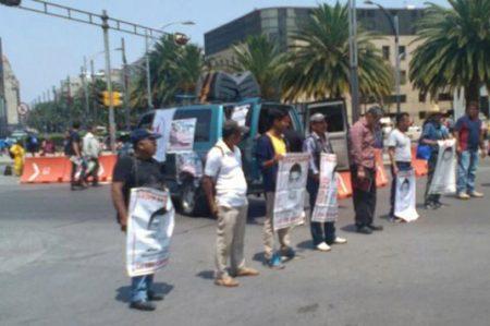 Padres de los 43 normalistas realizan bloqueo en Reforma