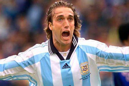 Ignoran a Batistuta en Argentina; Maradona y Kempes lo respaldan