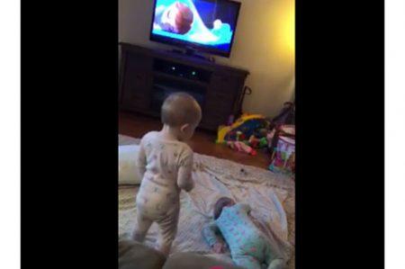 Bebés enternecen a los usuarios de Facebook al imitar a Elsa y Anna de 'Frozen'