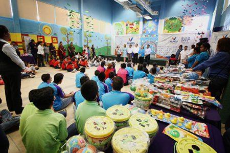 Llevan festejo y juguetes a pequeños de Capullos por Día del Niño