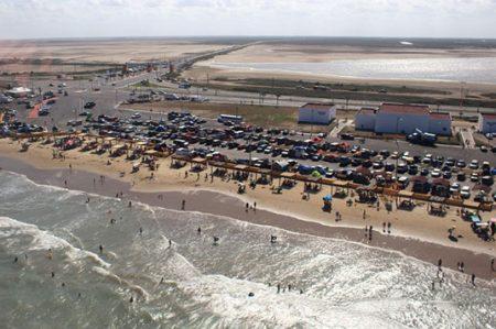 Vacacionistas disfrutan de la Playa Bagdad en Matamoros